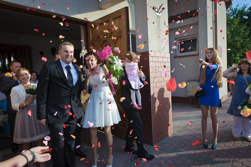 Zdjęcia ślubne - wyjście z kościoła